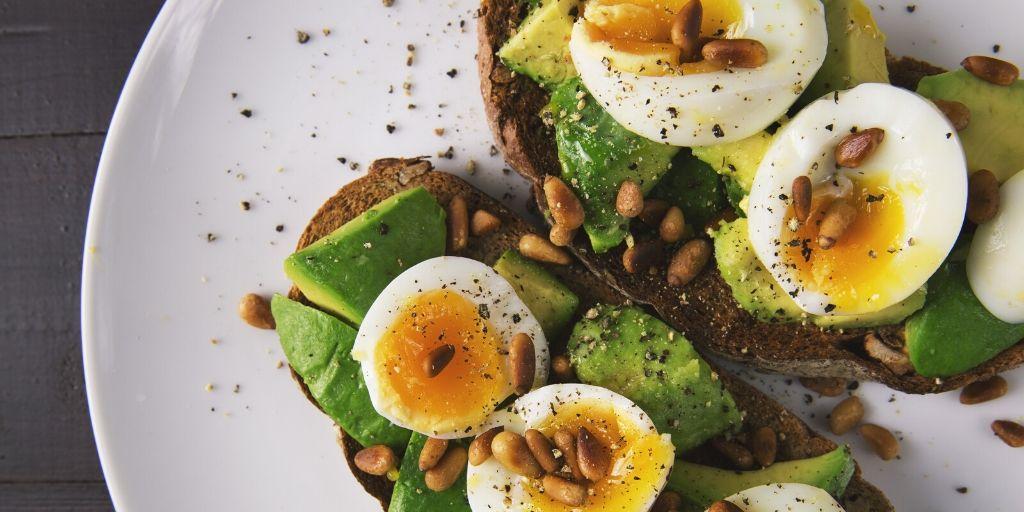 advocado toast eggs breakfast chrononutrition olive oil