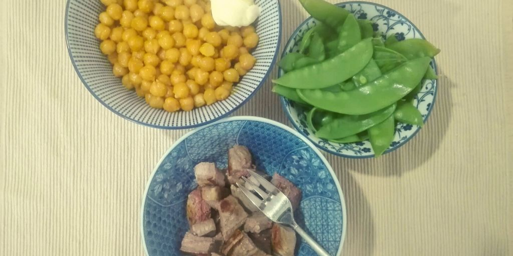 Chickpeas with curcuma and raz-el-hanout, snow peas, lamb